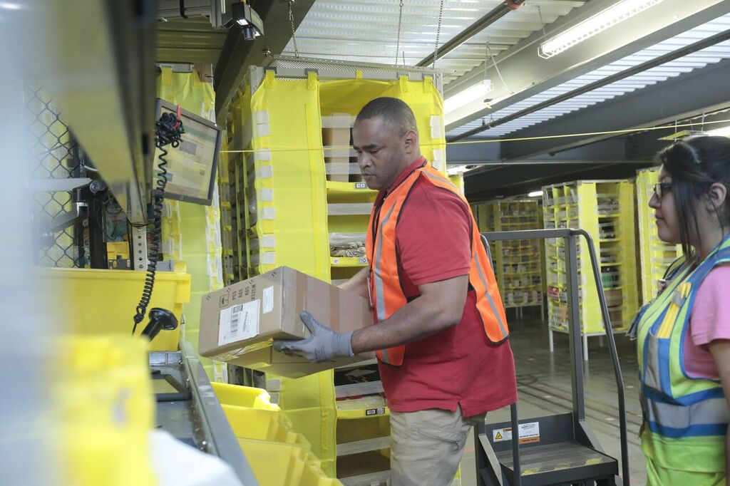 Rep  Veasey Clocks in at Amazon's Fulfillment Center